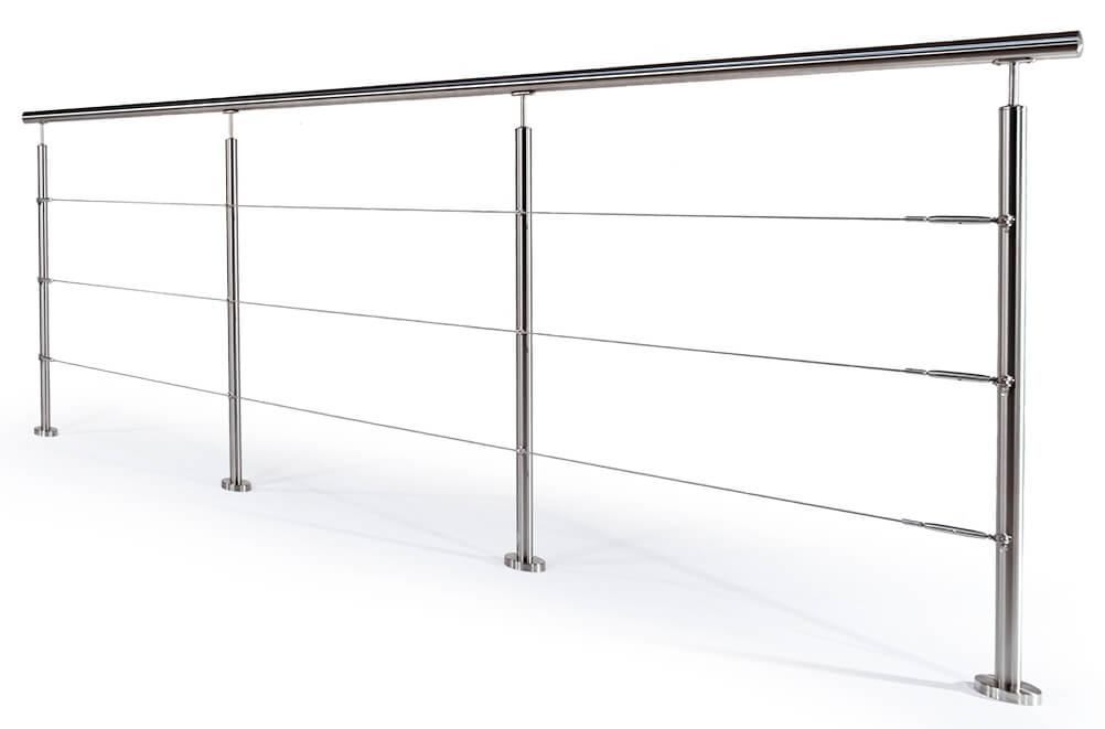 Wiregelænder med stolper i rustfrit stål.