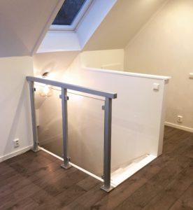 Glasräcke inomhus vid trapphål. Aluminiumräcke monterat med fot. Indendørs glasgelændere