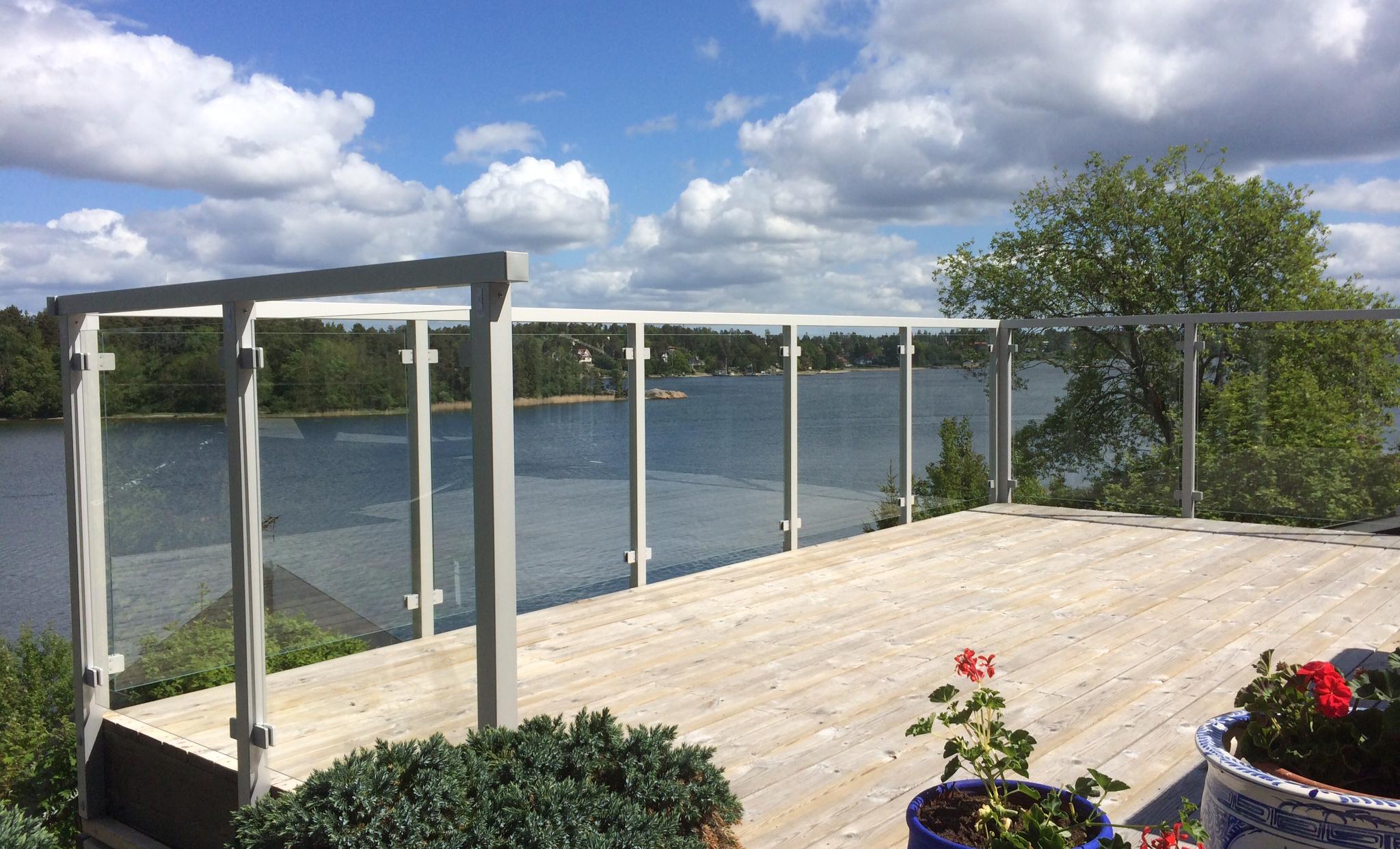 Aluminiums gelænder, med klart glas, monteret udenpå terrasse.