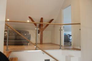 Trappräcke. Ledstång och räcke ovanför trappan med glasinfattning. Indendørs glasgelændere